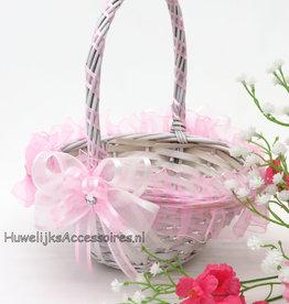 Witte rieten bloemenmandje met roze organza