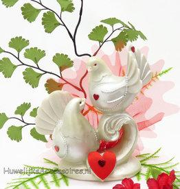 Duivenpaar taarttopper versierd met rode tule
