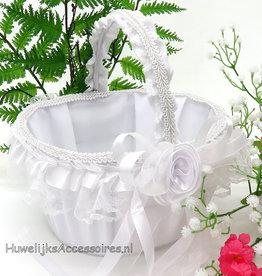 Witte fluweel en kant versierd bloemenmandje
