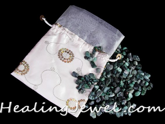 satijnen zak met 250gr. smaragd trommelstenen