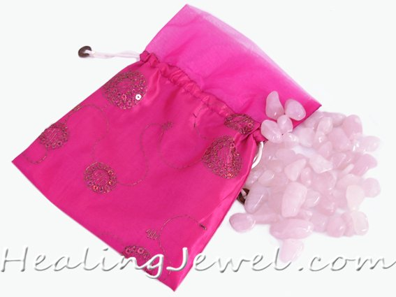 satijnen zak met 250gr. rozekwarts trommelstenen