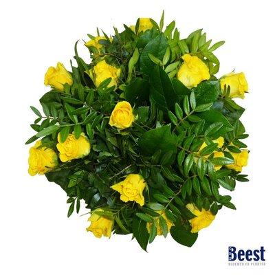 Boeket gele rozen met groen