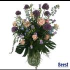 Vaasarrangement rouwbloemen lila