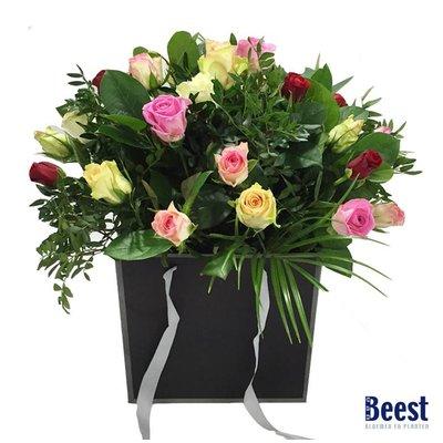 Boeket in tas gemengde rozen