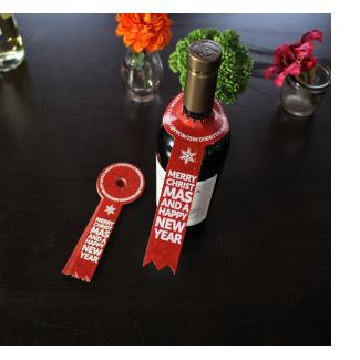 Fles wijn met gepersonaliseerd halslabel