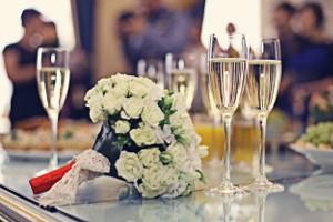 Een klein flesje wijn als (huwelijks)bedankje