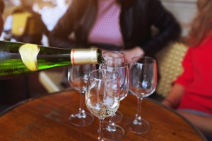 Gezellig wijn proeven met vriendinnen