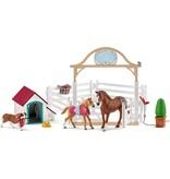 Schleich Schleich Hanna's Paardengastenverblijf met hondenhok en hond 42458 - Paard Speelfigurenset - Horse Club - 40 x 30 x 20 cm