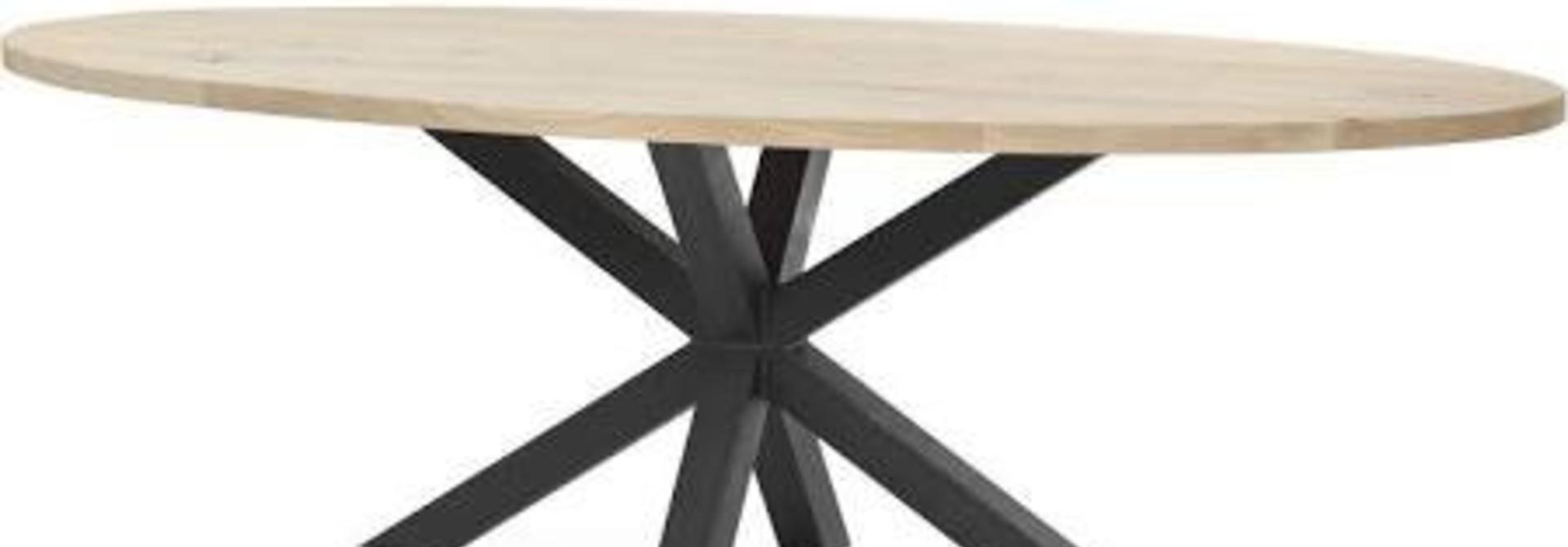 Ovale industriële eiken tafels met een robuust stalen onderstel