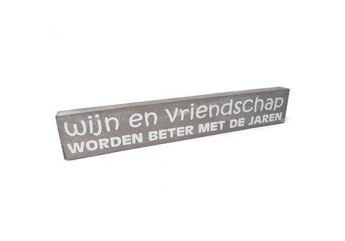 """Houten Tekstplank / Tekstbord 5X30cm """"Wijn en vriendschap worden beter met de jaren"""" - Kleur Taupe"""
