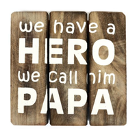 "Houten Tekstplank / Tekstbord 20cm ""We have a HERO and we call him PAPA"" - Kleur Naturel"