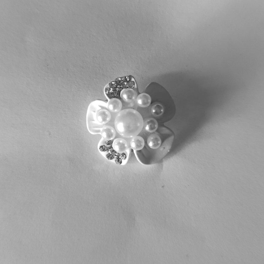 Zilverkleurige Hairpins - Witte Bloem met Diamantjes en Pareltjes - 2 stuks-2