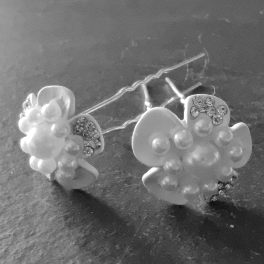 Zilverkleurige Hairpins - Witte Bloem met Diamantjes en Pareltjes - 2 stuks-3