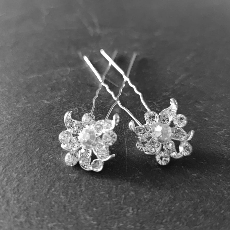 PaCaZa - Zilverkleurige Hairpins - Fonkelende Bloem met Diamantjes - 2 Stuks-3