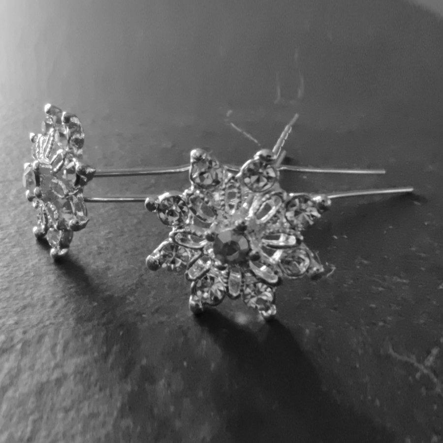 Zilverkleurige Hairpins - Fonkelende Bloem Bezaaid met Diamantjes - 5 stuks-5