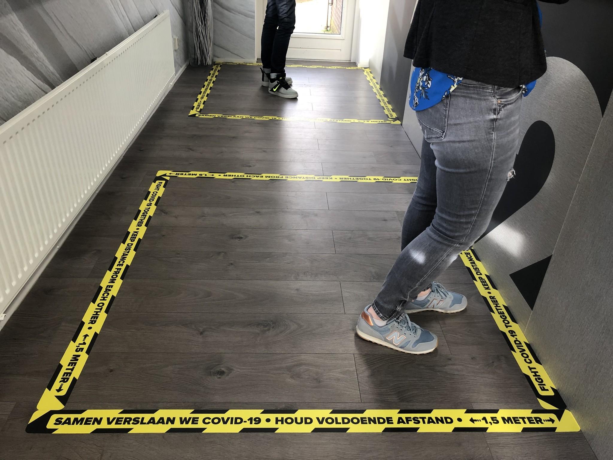 Samen tegen Corona: 'houd 1,5 meter afstand' vloerstickers, posters en meer