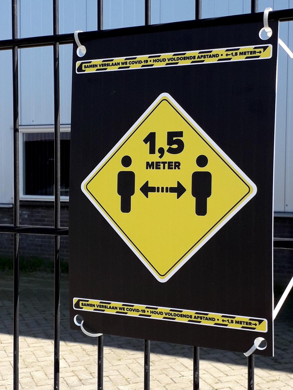 Gardez le panneau à 1,5 mètre