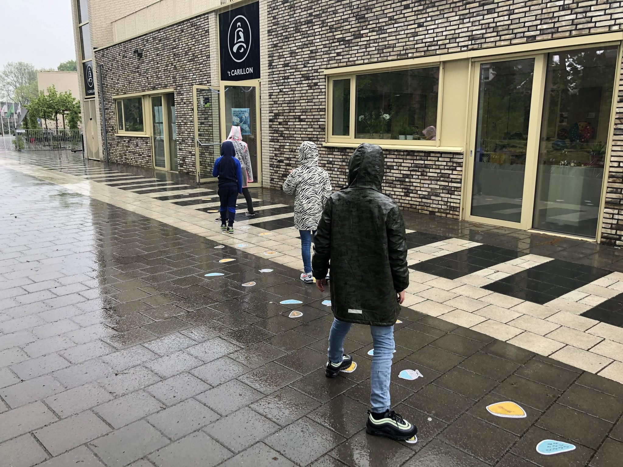 Route Bodenaufkleber AUSSERHALB der Schule / Kinder gesetzt