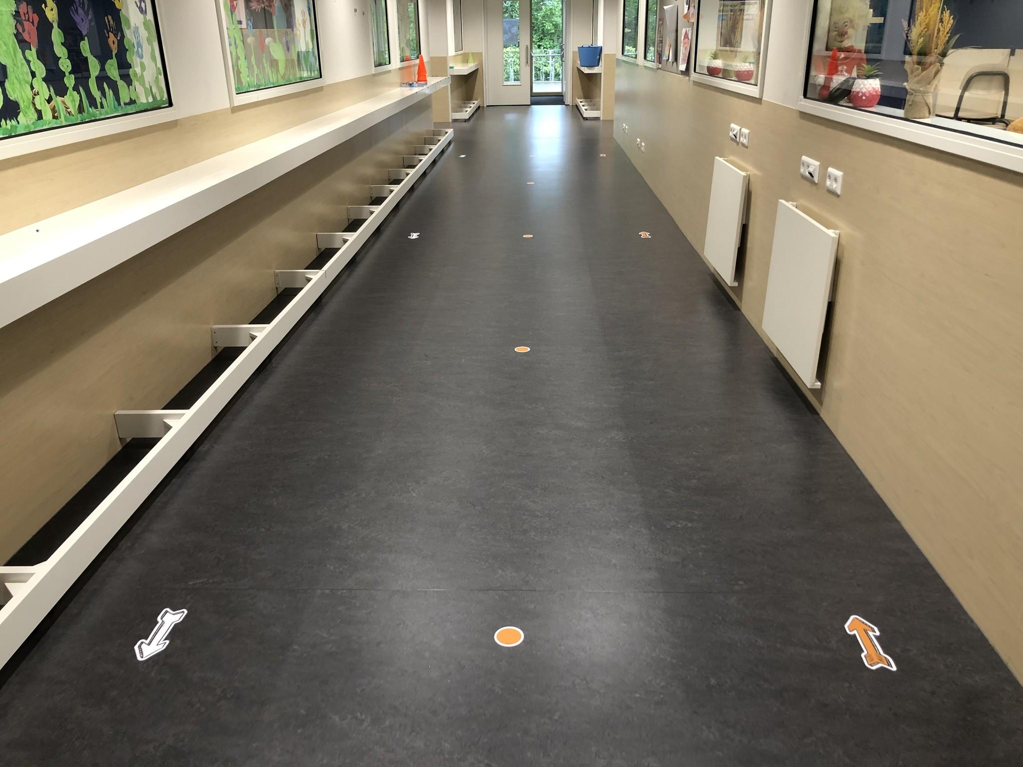 Encamine las calcomanías de piso dentro del conjunto escolar / infantil