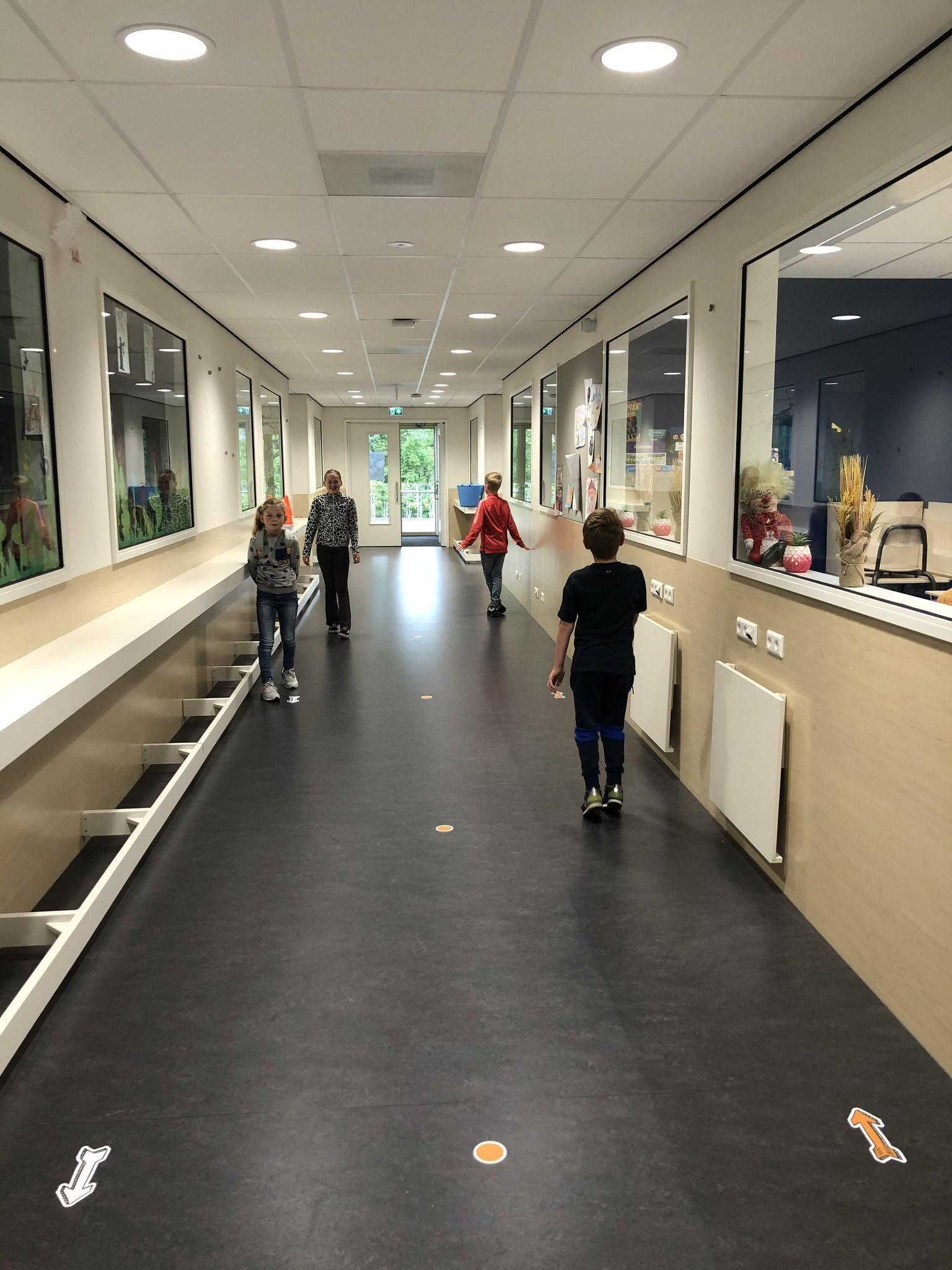 Route Bodenaufkleber innerhalb der Schule / Kinder gesetzt