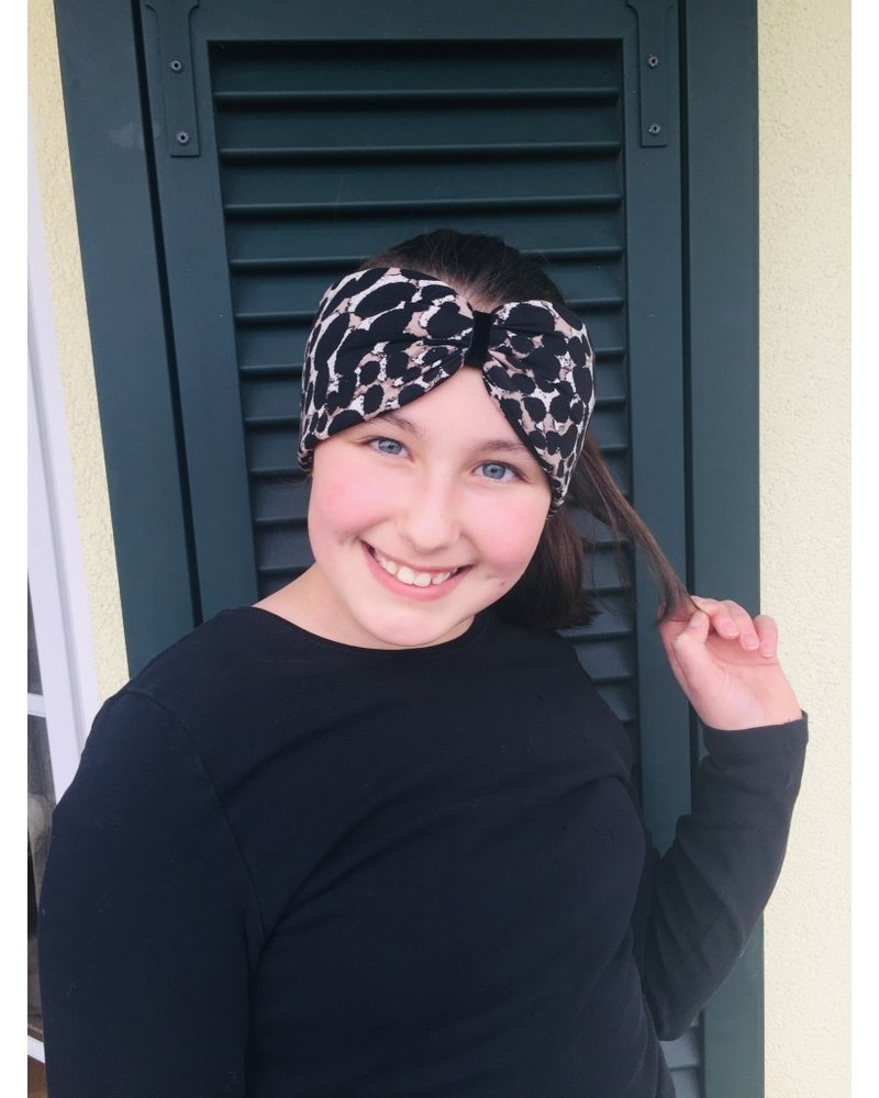 "Embrace ""Beige dot black"" headband in a loop look with black velvet ribbon"