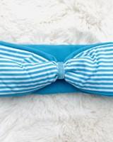 "Embrace Kopfband ""classic stripes"" in Schleifenoptik drapiert mit blauen Samtband"