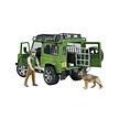 Land Rover Defender Station Wagon met boswachter en hond van Bruder