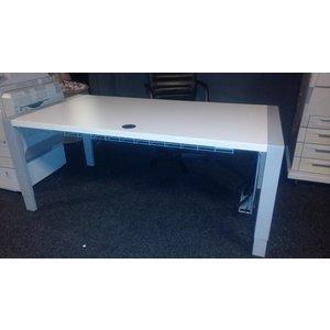 Zeer mooi wit bureau in hoogte verstelbaar dmv zwengel