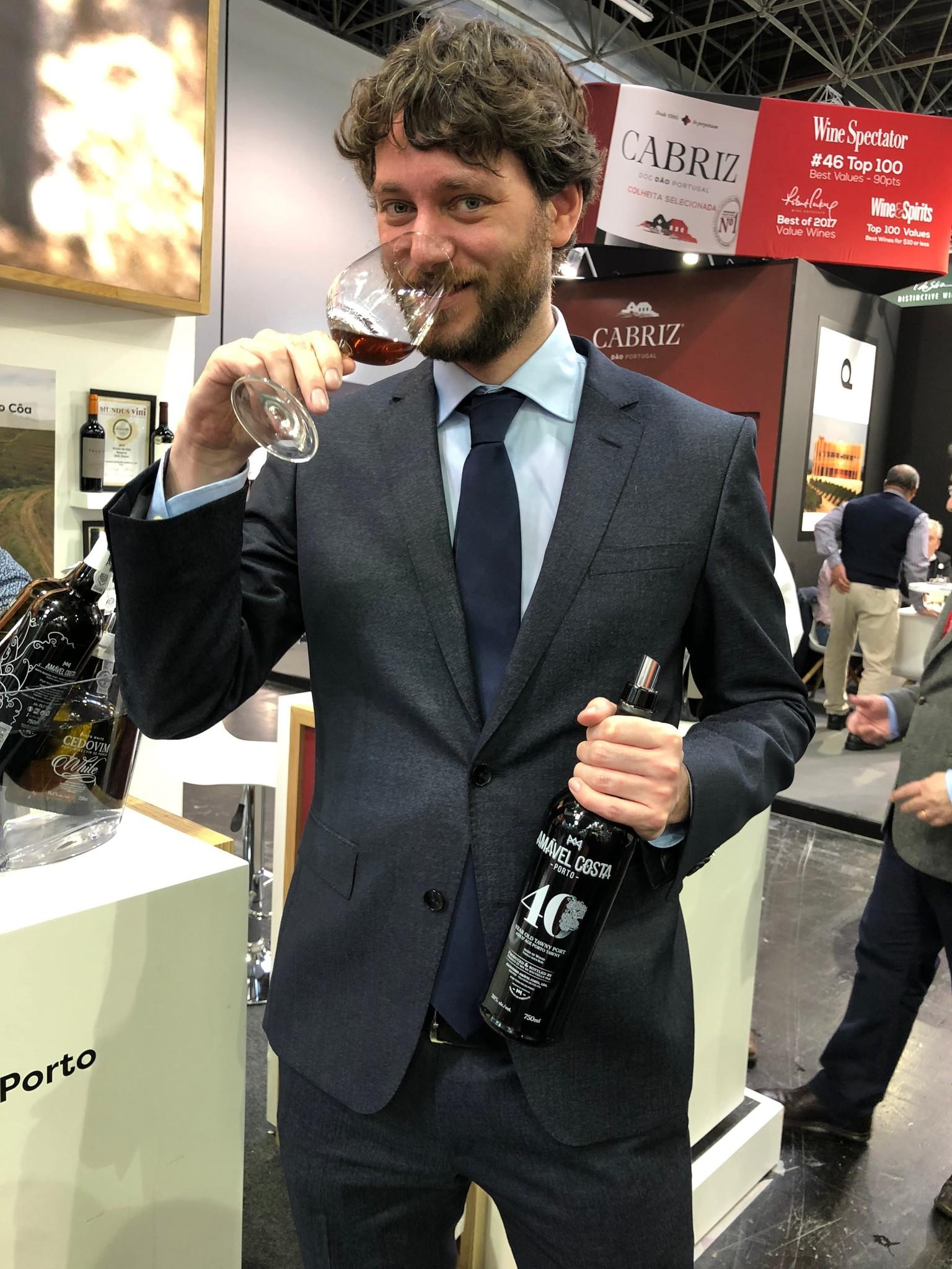 Doorproeven van de wijnen van Amável Costa op Prowein.