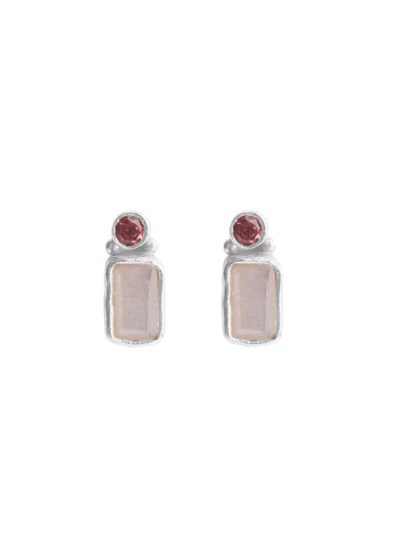 Muja Juma Earring stud rectangle 2mm garnet / peach moonstone