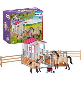 Schleich Schleich Horse Club - Paardenbox met Arabische paarden met een verzorgster