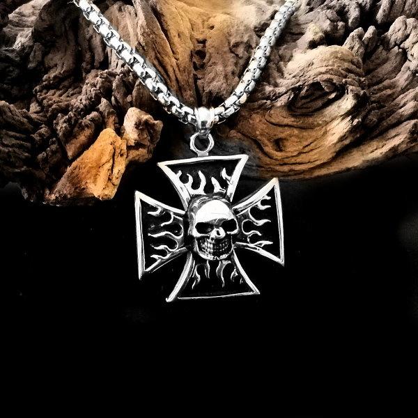 Halskette eisernes Kreuz mit Totenkopf