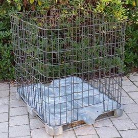 IBC Gitterbox engmaschig auf Metallpalette