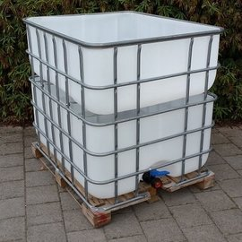 Regenwasser- Sammler und Tank auf Holzpalette