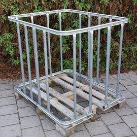 IBC Gitterboxen mit vertikalen Stäben auf Holzpalette
