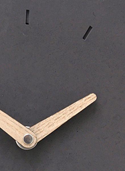 """WertWerke Wertwerke Betonuhr """"Klassik S"""" aus anthrazit farbigem Beton mit Holzzeiger. 20x20cm.  Stylische Betonuhren für ein besonderes Wohngefühl."""