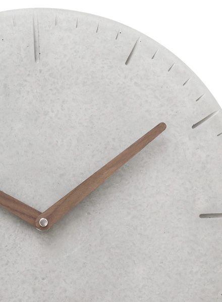 WertWerke Wertwerke Betonuhr rund und grau aus Beton mit Holzzeiger gefüllt ⌀ 38cm für ein stylisches Wohngefühl.