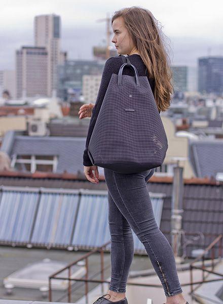 Hänska Shopper/Rucksack aus schwarzem Netzgewebe und Lederhenkeln