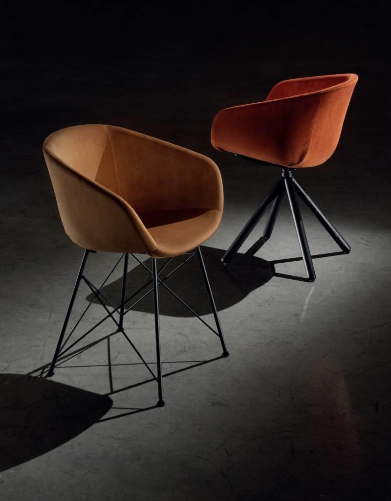 Softline 1979 Softline 1979 Maya bezoekersstoel met houten poten gestoffeerd
