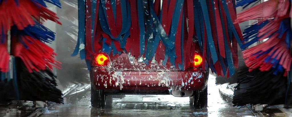 Auto zelf wassen of naar de wasstraat?
