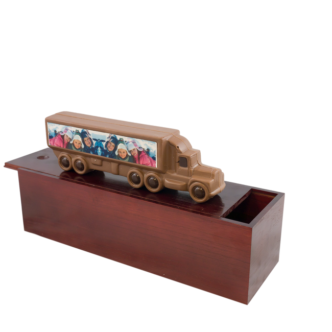 Chocolade vrachtwagen 25 x 9 cm in garage met foto of logo