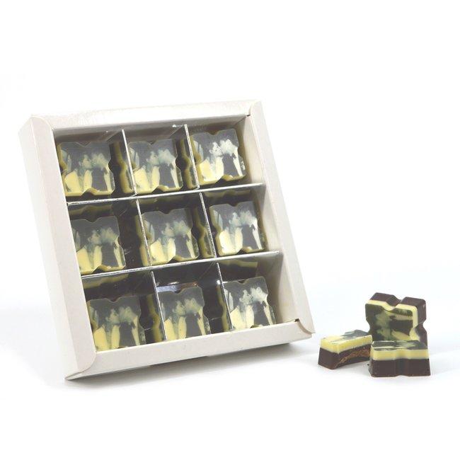 3 doosjes met 9 vierkante bonbons met vulling