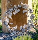 antiker Metallkranz, verziert mit Blumen und Blättern