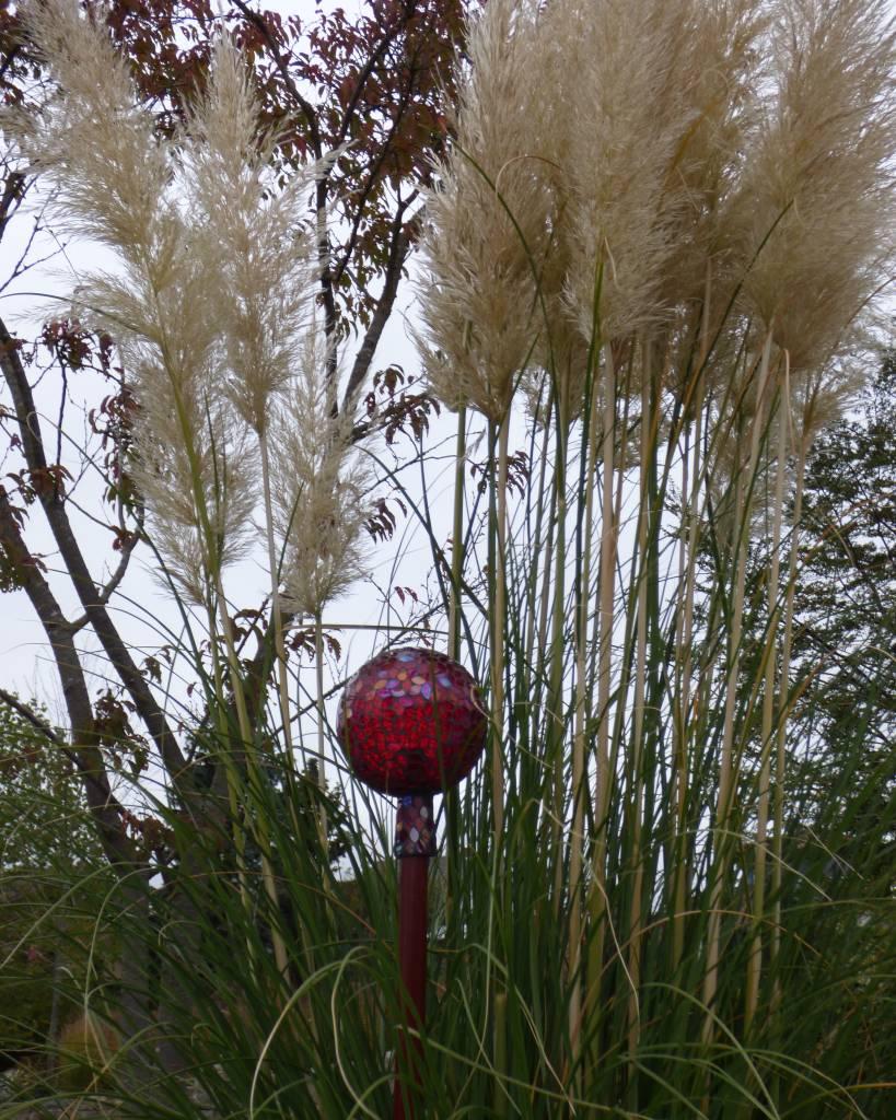 rote Rosenkugel aus Glas mit Holzstab