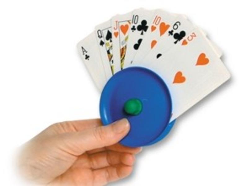 Spielkartenhalter aus Kunststoff in der Hand in der Umgebung