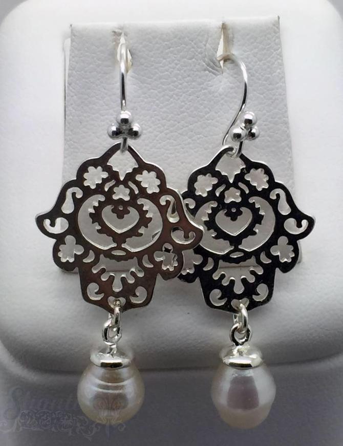 Ohrhänger Silber Tropfen Perle weiss Fatimahand duchbrochen 34x20 mm mit Bügel