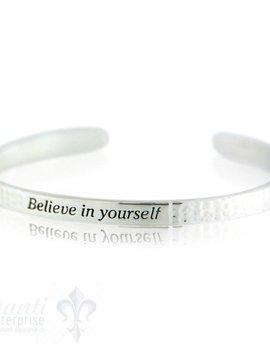 """Si-Armspange:, flach gehämmert mit Spruch in der Mitte:""""believe in yourself"""" 5 mm breit"""