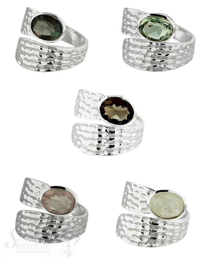 Silberring:gehämmerte Schlagenform mit facettiertm Stein