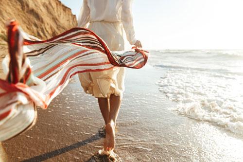 Wandelen op het strand voor meer geluk in je leven
