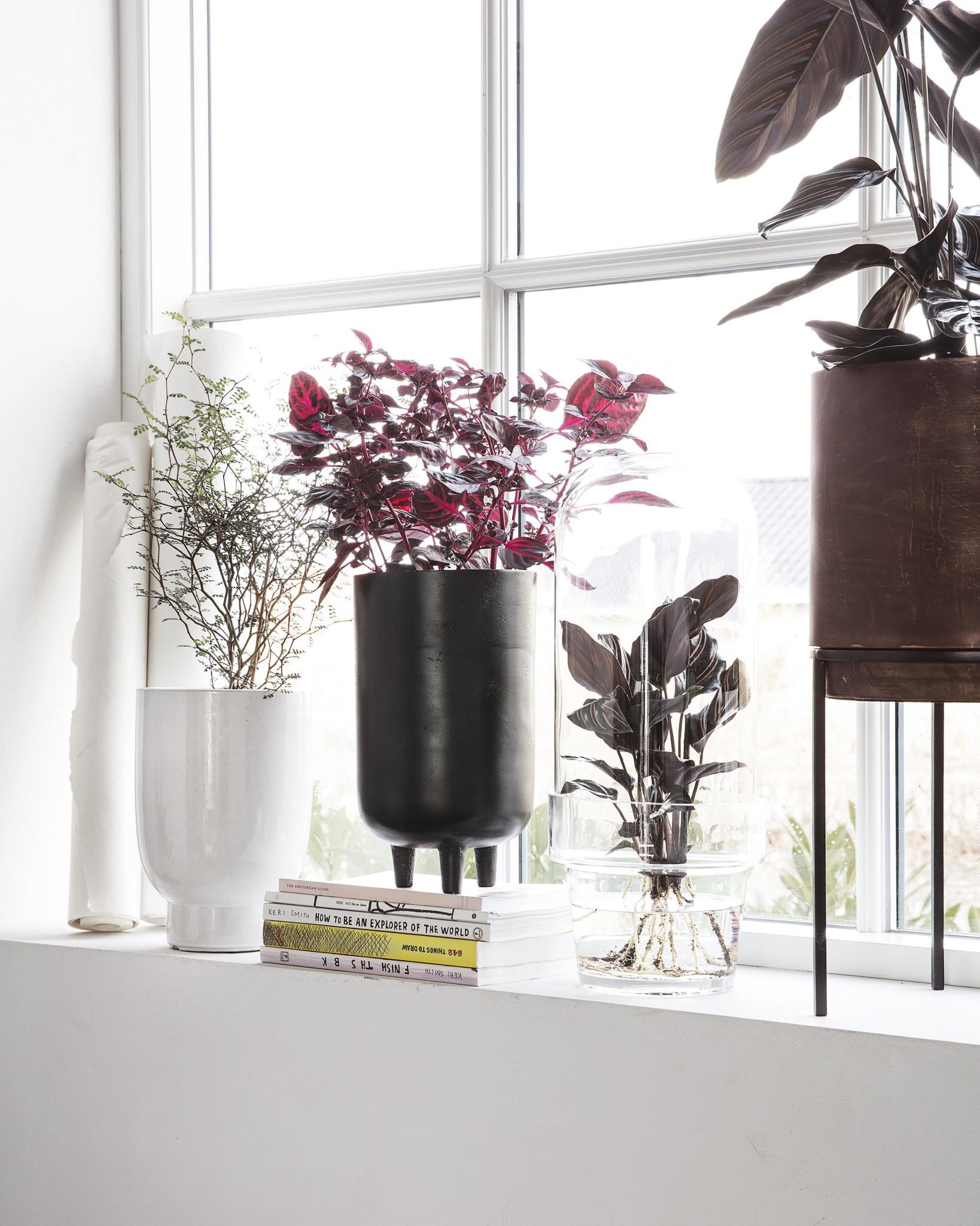 House Doctor plantenpot Jang  op pootjes, hoog, zwart